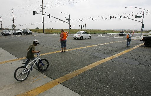 1859046 bytes; 3219 x 2053; ORG XMIT:  scrossguard16aaERC.jpg(9/12/08, Menifee, Metro) Crossing guard Melissa Williams, center,